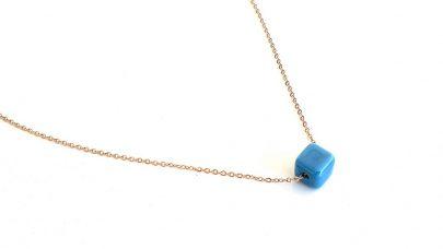 Κοντό ατσάλινο κολιέ με μπλε κύβο