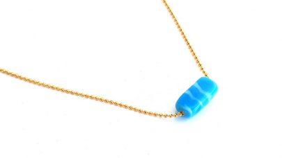 Κοντό ατσάλινο κολιέ με γαλάζιο γυάλινο στοιχείο